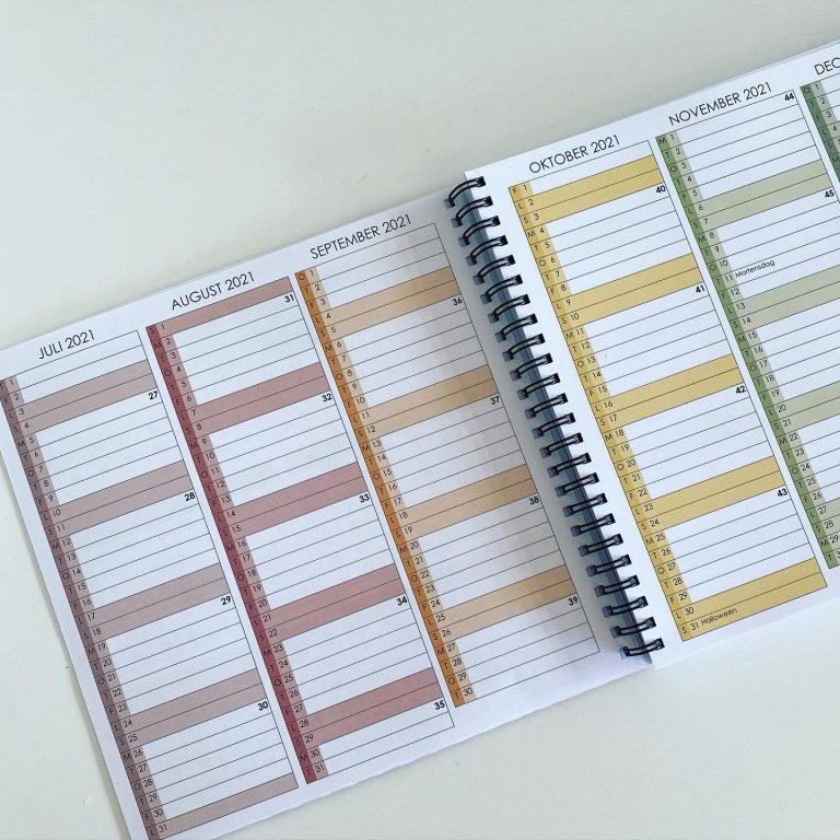 Månedsoversigt for skoleåret 21/22 med plads til at notere vigtige begivenheder, møder, ture, prøver osv.