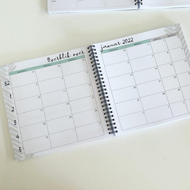 Derefter kommer en stor månedsoversigt med tomme felter med god plads til at skrive i.
