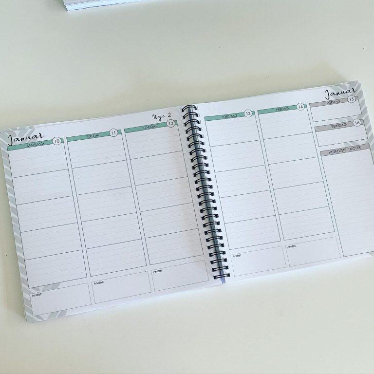 """Uge-for-uge-opsætningen består af 5 hele dage (mandag - fredag) med flere rubrikker at skrive i. Til hver dag hører også en """"andet"""" blok, så du fx kan notere møde, aftaler eller andre ting, du skal huske den dag. I højre side er der weekenden og en huskeliste/to-do-liste."""